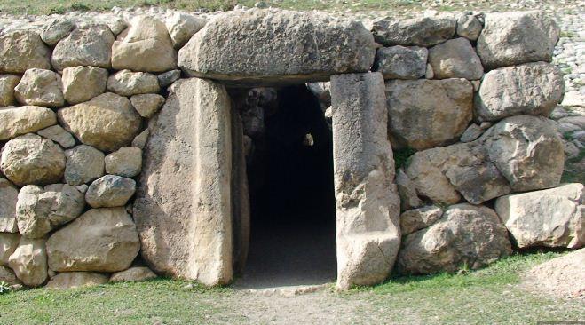 Вход в святилище Язылыкайя.