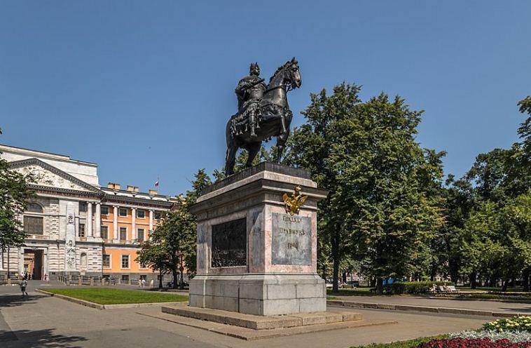 Памятник Петру Великому возле Михайловского замка в Санкт - Петербурге