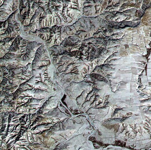 Фотография Великой Китайской стены из космоса, сделанная спутником с околоземной орбиты.