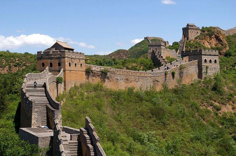 Прямоугольные башни с бойницами на Великой Китайской стене.