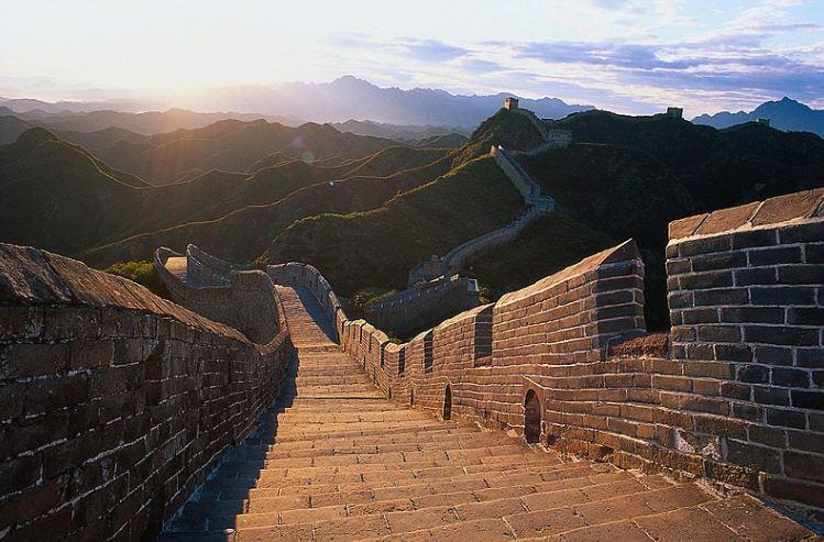 Верхняя часть Великой стены с зубцами прямоугольной формы.