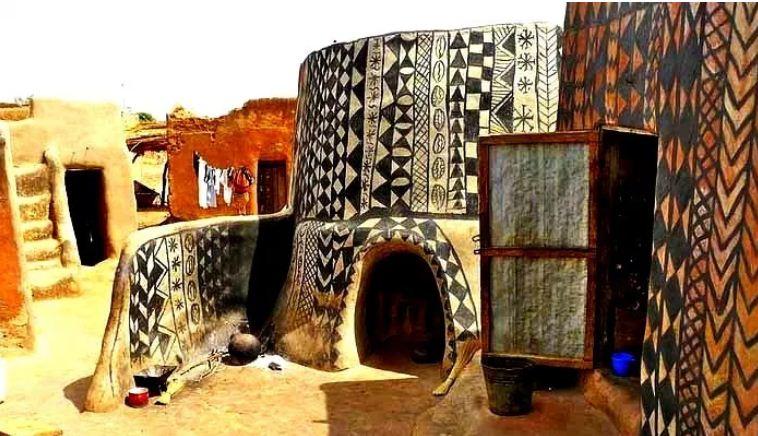 Дома в деревушке Тьебель - Кораби украшены этническим орнаментом