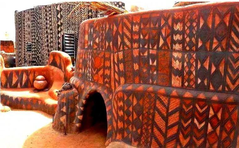 Дома состоятельных жителей и культовые сооружения имеют более яркую окраску