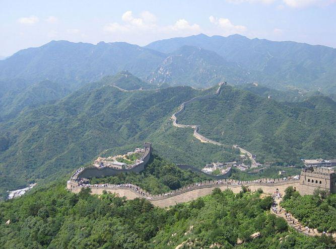 Великая Китайская стена органично вписывается в горный ландшафт.