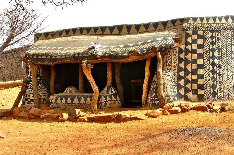Хозяйственные постройки в деревушке Тьебеле