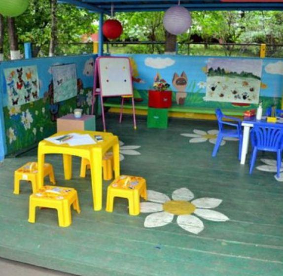 На веранде удобно размещаются столы и стулья.