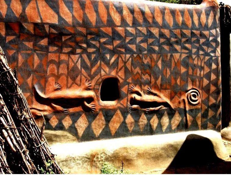 Для декорирования стен используются лепные оельефы.