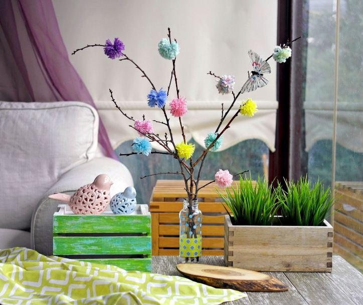 Ящичек с зелеными ростками и ветки деревьев в вазе