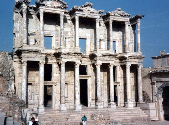 Руины библиотеки Цельса с эдикулами.