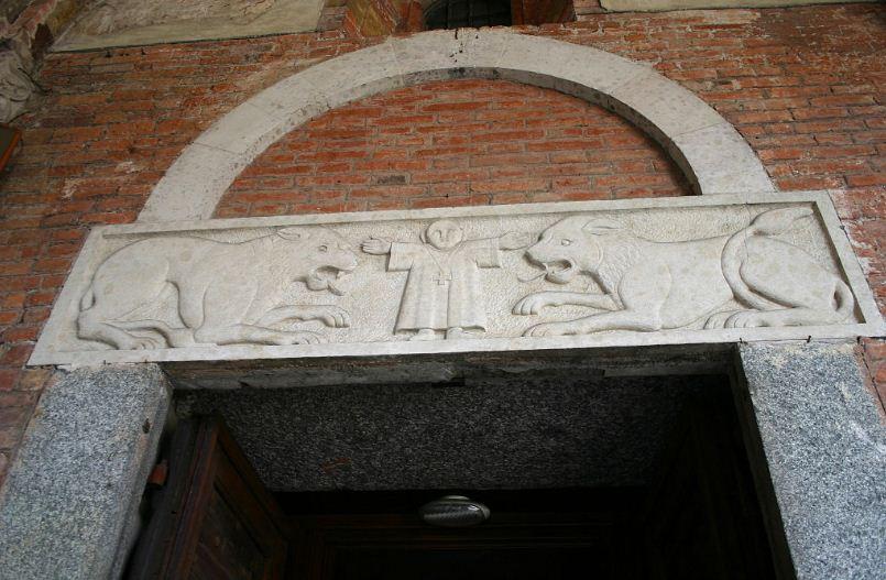 Архитрав фасада базилики Сант - Амброджо в Милане ( Италия).
