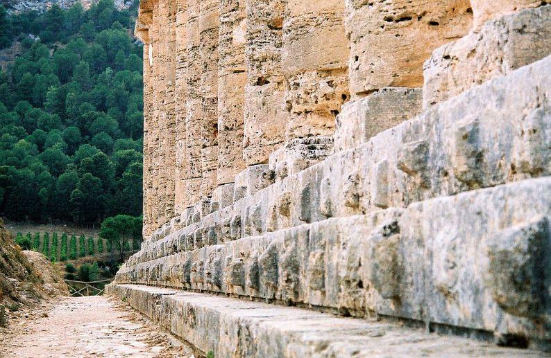 Традиционный цоколь - стилобат дорического храма в Сегесте, который выполнен в форме трех ступеней.