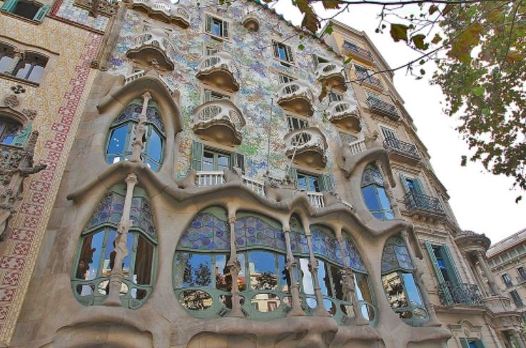Архитектоника здания Каса - Баньо ( автор А. Гауди) гармонично вписывается в окружающую природу.