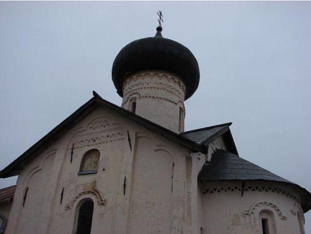 Церковь в Зверин - Покровском монастыре ( Великий Новгород, 1468 год). Ряды бегунца и поребрика.