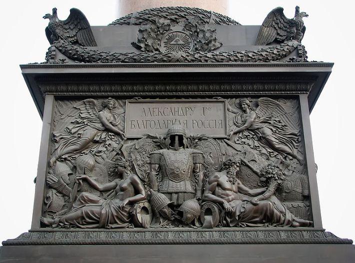 Барельеф, украшающий пьедестал Александровской колонны.