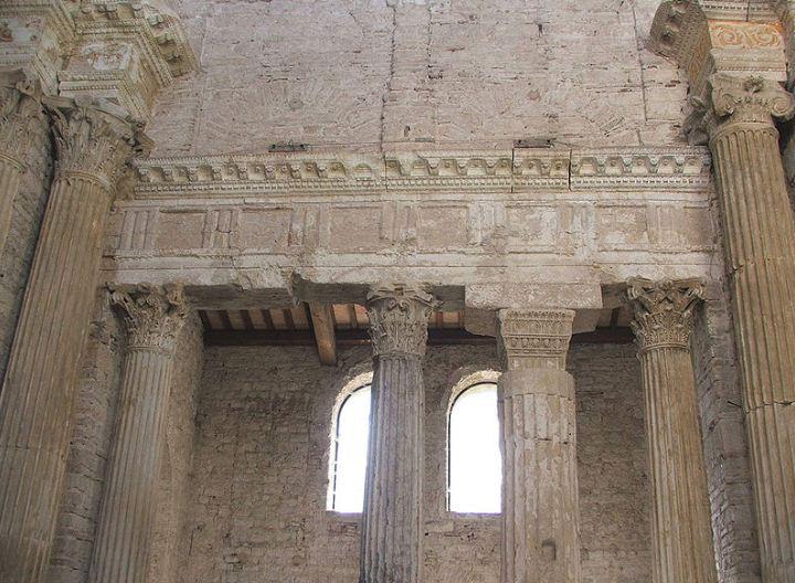 Эпистелион в базилике ди Сан - Сальваторе в Сполето ( Италия).