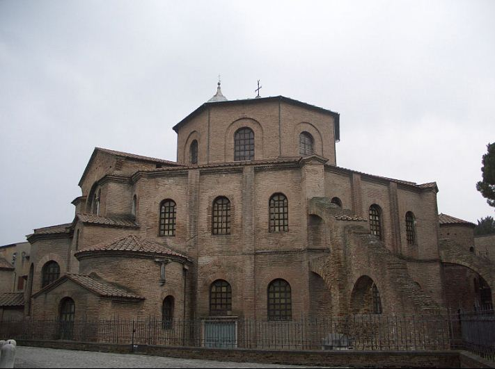 Церковь Сан - Витале в Равенне ( построена в 527 - 548 годах ) - яркий пример центрического храма.