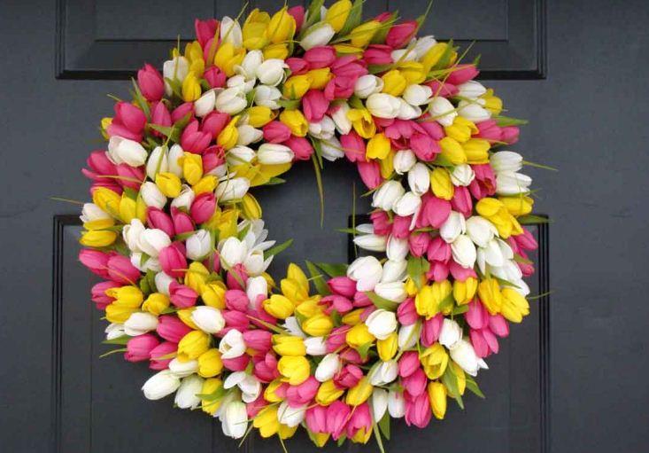 Венок из тюльпанов в весеннем декоре