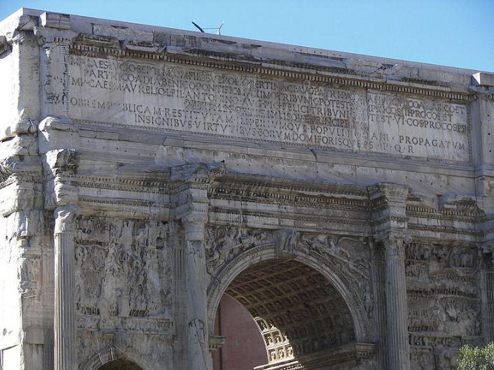 Аттик на триумфальной арке Септимия Севера в Риме.