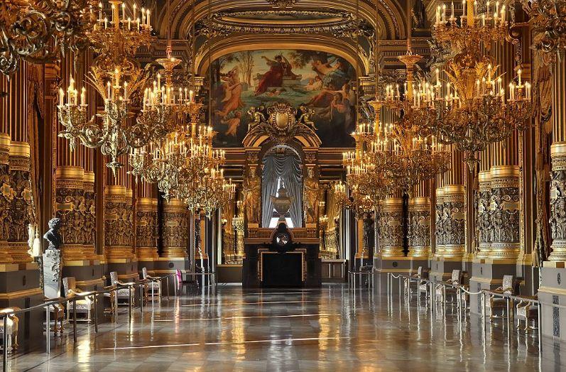 Большой холл оперы Гарнье в Париже.