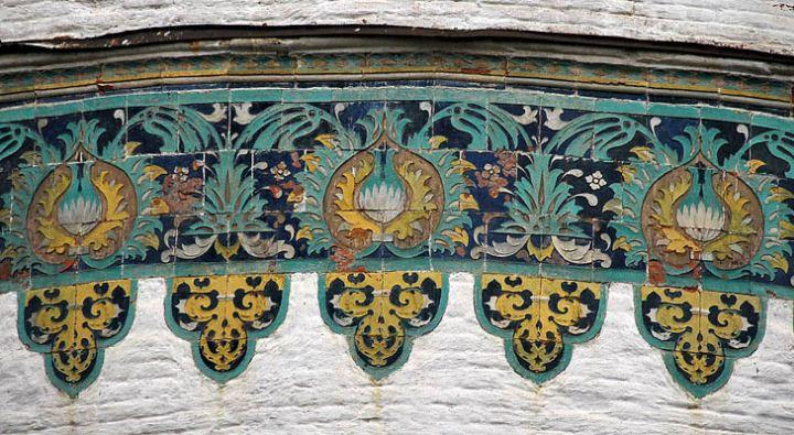 Изразцы на стенах храма - творение Степана Полубеса.