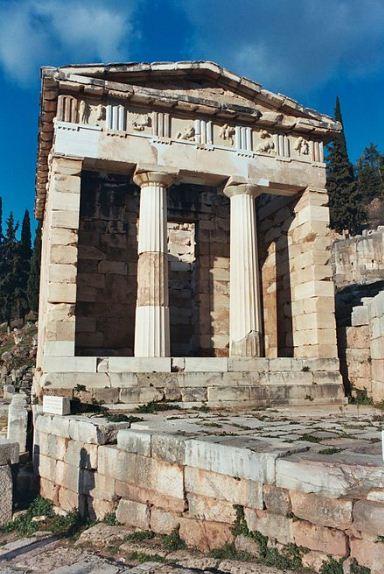 В сохранившихся остатках здания сокровищницы Афин в Дельфах четко видны выступы боковых стен, выходящие на уровень колонн.