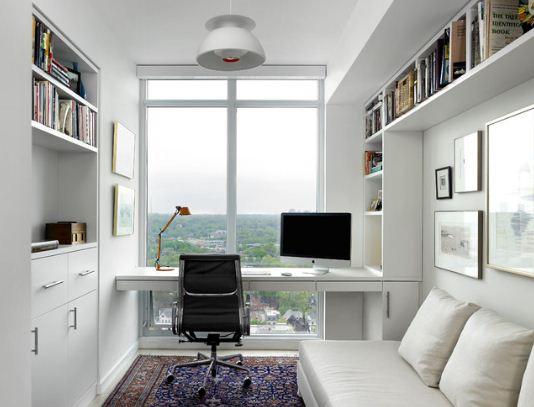 Интерьер комнаты студента в светлых тонах