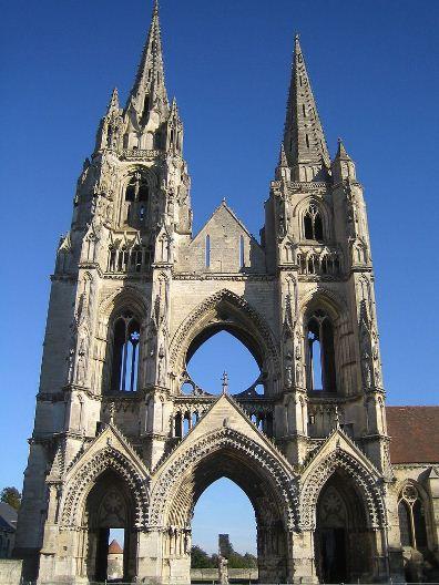 Руины собора аббатства Сен - Жан де Винь в Суассоне показывают обнаженный каркас фасада готического здания.