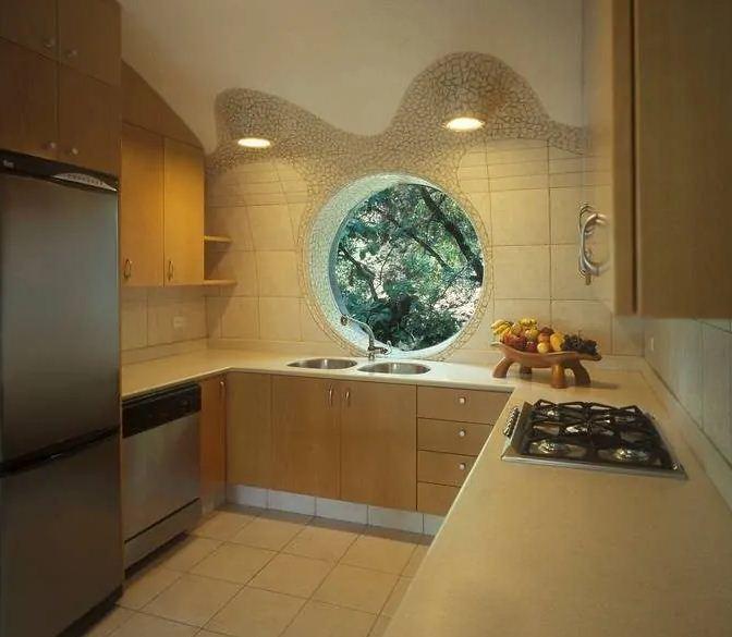 Интерьер кухни с окном - иллюминатором