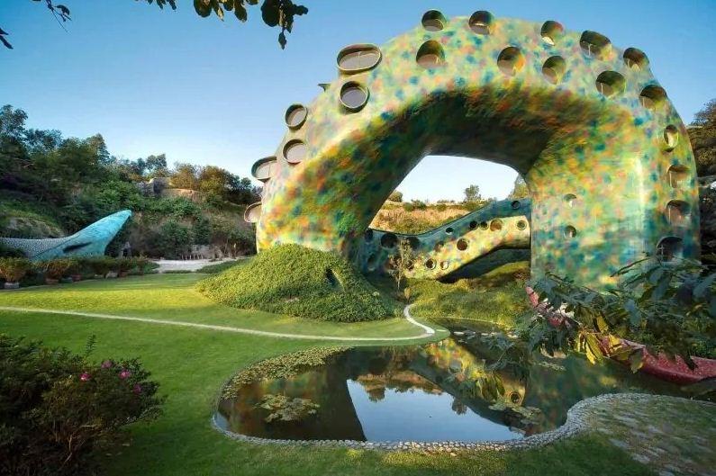Множество окон необычной формы на теле змеи