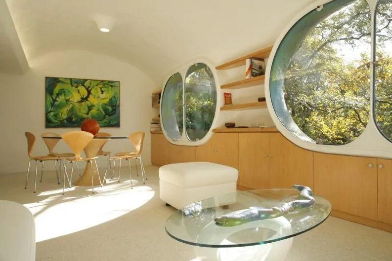 Внутреннее оформление интерьера выполнено в спокойных, пастельных тонах.