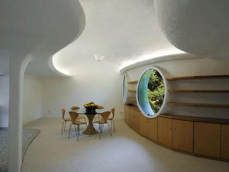 Необычная форма потолков в помещении.