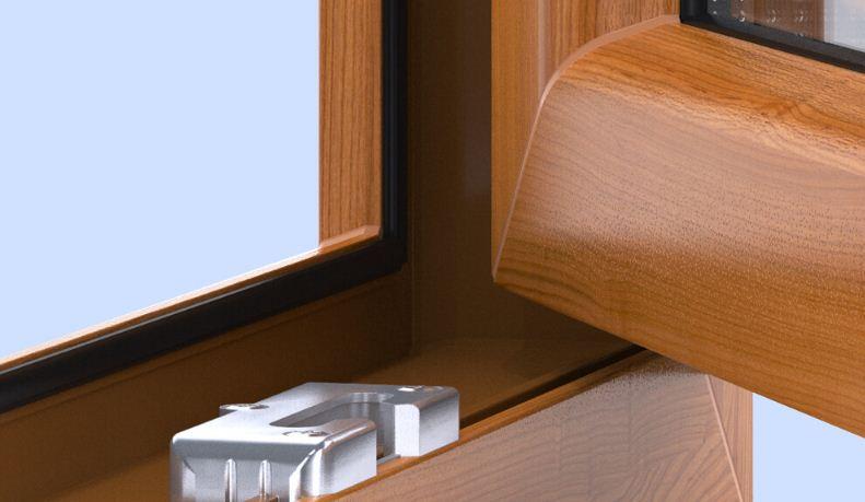 Дренажные отверстия расположены внутри нижней части рамы.