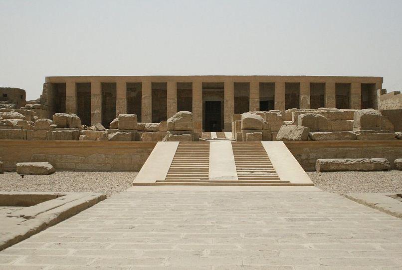 Заупокойный храм Сети I в священном городе Абидосе.