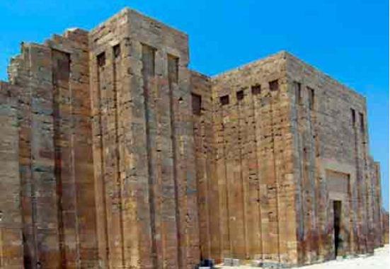 Саккара. Стена, окружающая комплекс пирамиды Джосера.