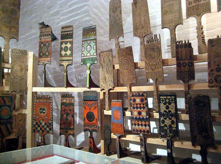 Коллекция русских ручных прялок, украшенных росписью и резьбой