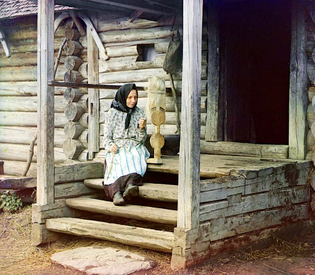 Прядение на ручной прялке ( начало XX века)