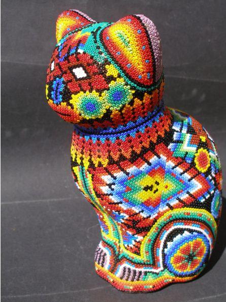 Фигурка кошки, декорированная мозаикой из бисера