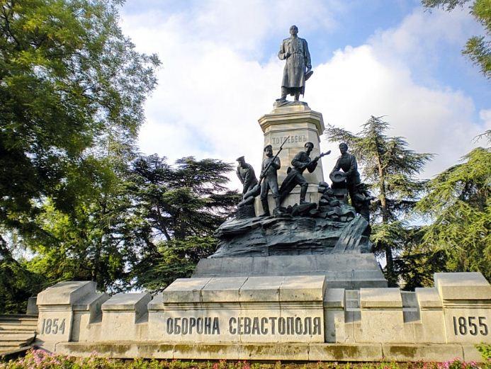 Памятник саперам и генерал - лейтенанту Э. И. Тотлебену.