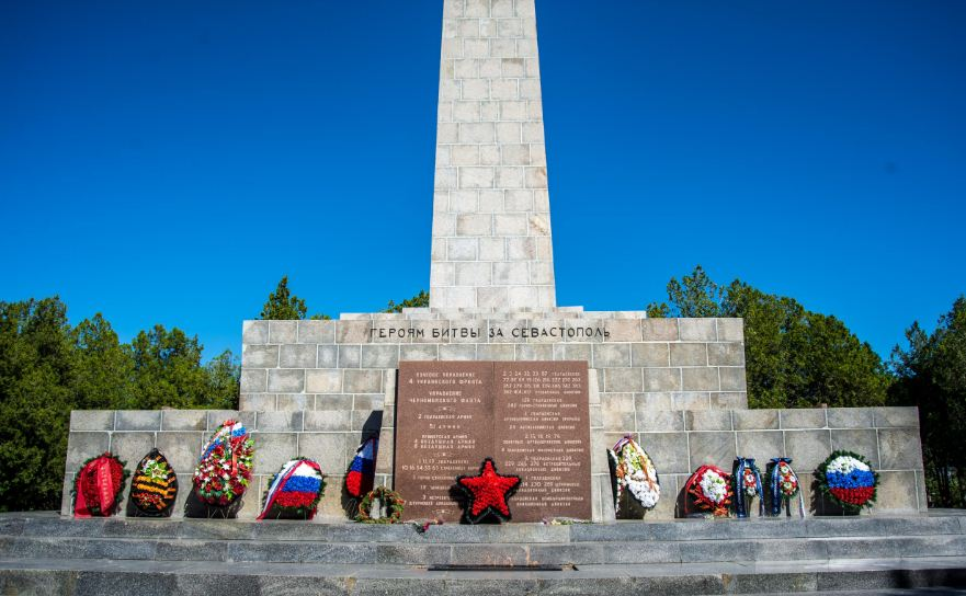 У подножия обелиска Славы на Сапун - горе.