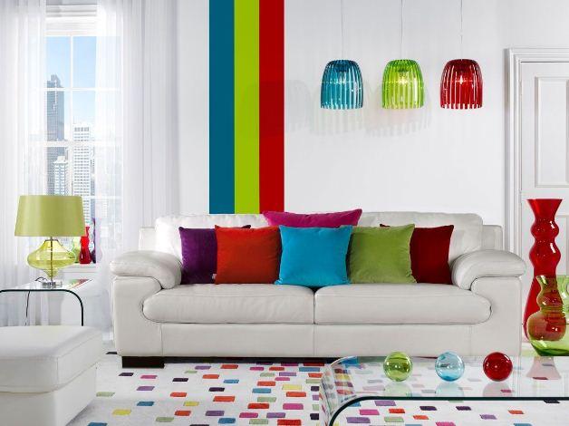 Разноцветные диванные подушки и абажуры светильников внесут в интерьер яркую нотку.