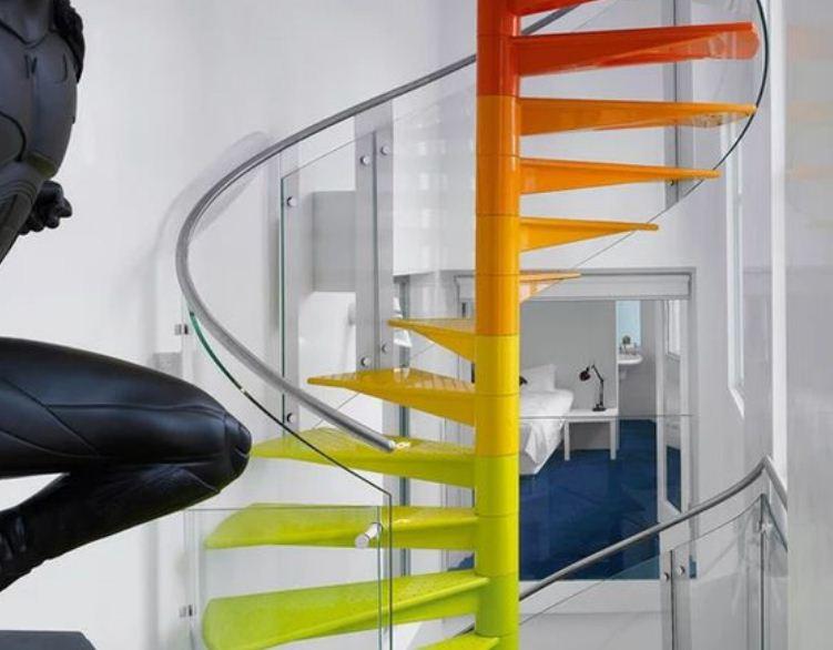 Радужная лестница в белом интерьере