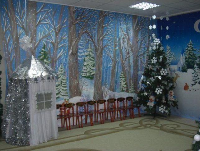 Декор стены в музыкальном зале.