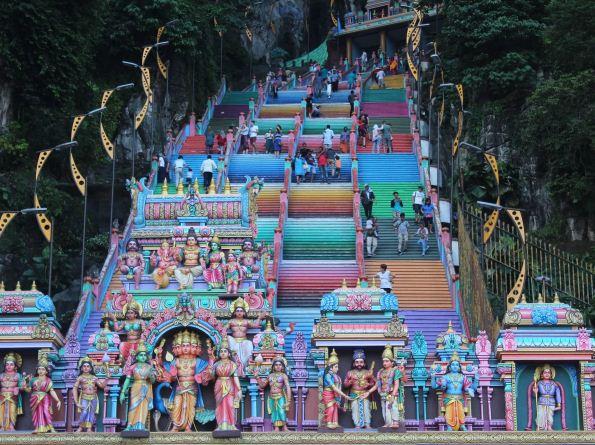 Разноцветная лестница в пещеру в Куала - Лумпуре ( Малайзия).