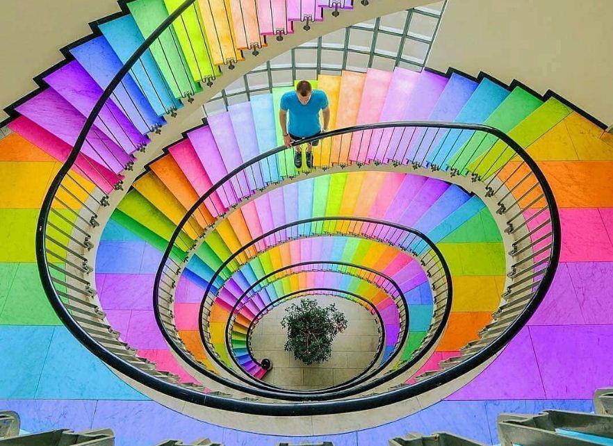 Разноцветная лестница в торговом центре.