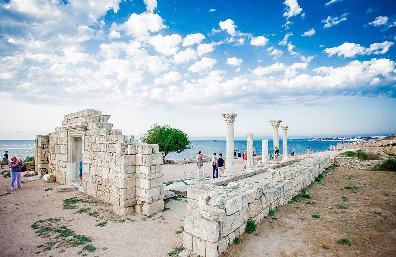 Туристы осматривают руины древнего города.