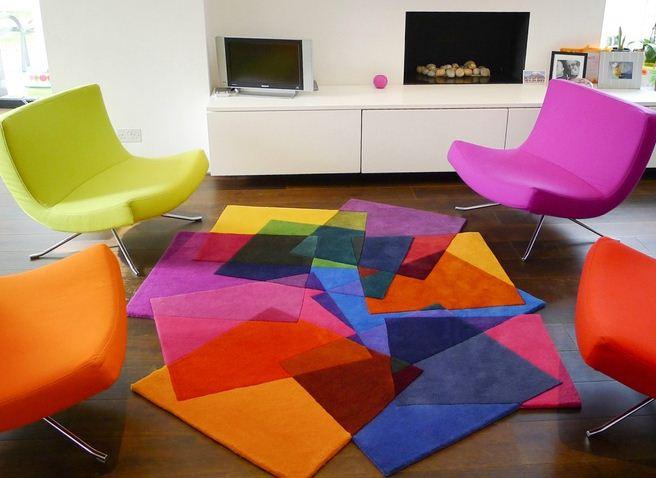 Разноцветные кресла и яркие половички разбавят скучный интерьер