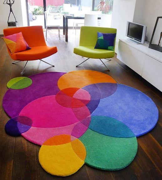 Интересное сочетание ярких кресел с разноцветными круглыми ковриками разного размера