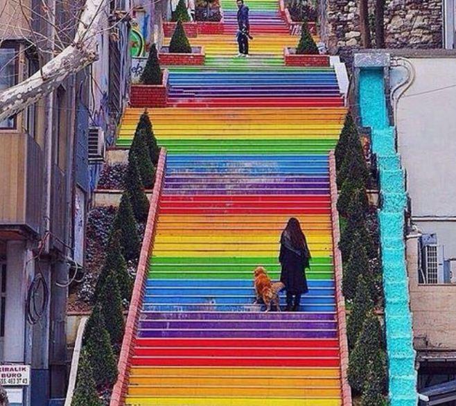 Цветная лестница в Стамбуле ( Турция).
