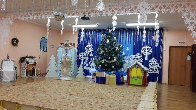 Новогодний декор музыкального зала.