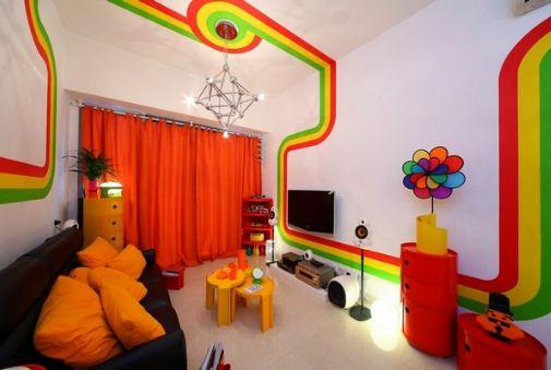 Трехцветная полоса, опоясывающая стены квартиры - главный акцент оригинального интерьера.